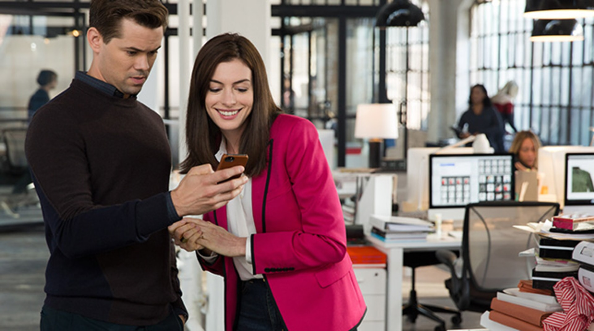 "NDREW RANNELLS as Cameron and ANNE HATHAWAY as Jules Ostin in Warner Bros. Pictures' comedy ""THE INTERN."""