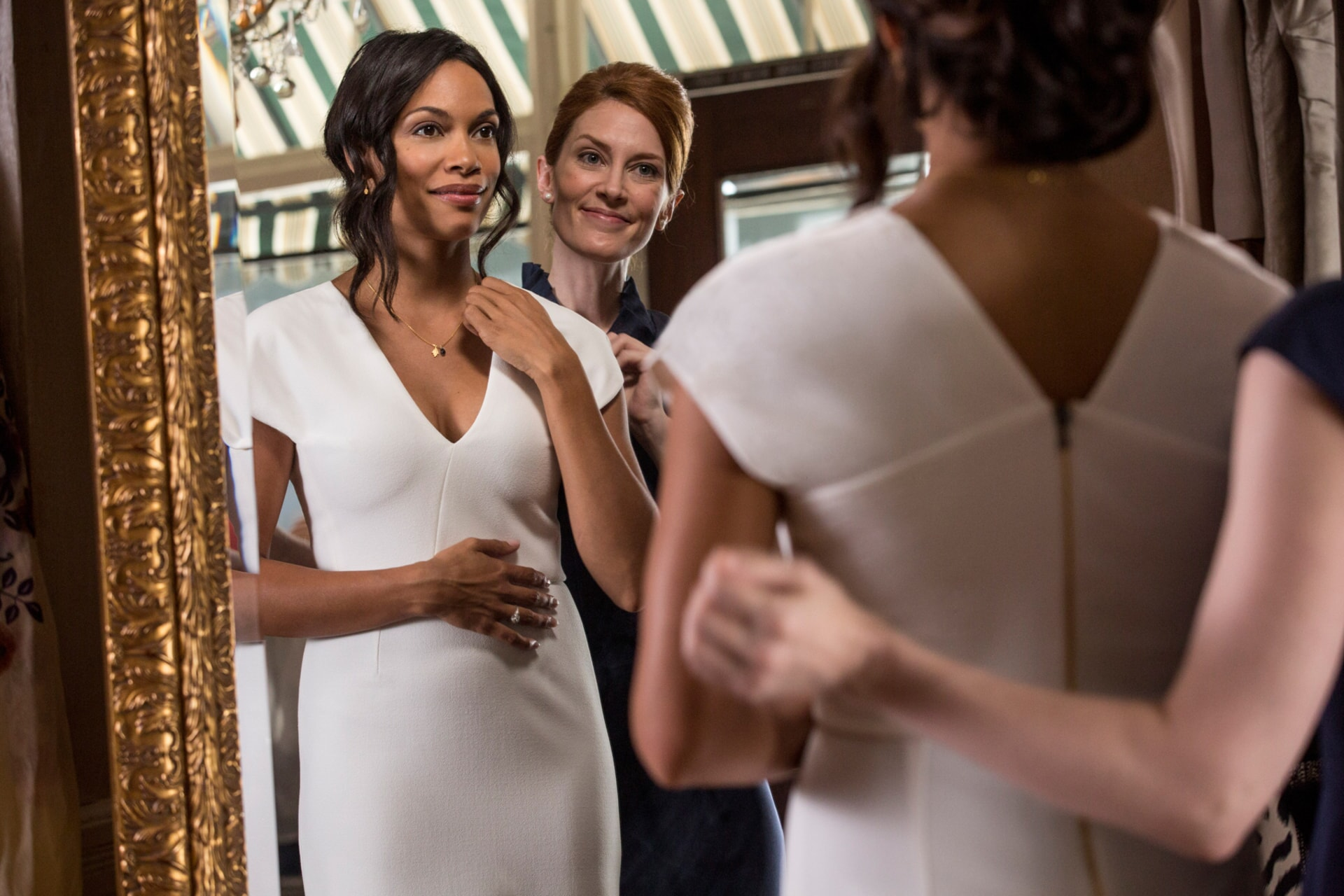 """ROSARIO DAWSON as Julia Banks and KINCAID WALKER as Saleswoman in Warner Bros. Pictures' dramatic thriller """"UNFORGETTABLE,"""" a Warner Bros. Pictures release."""