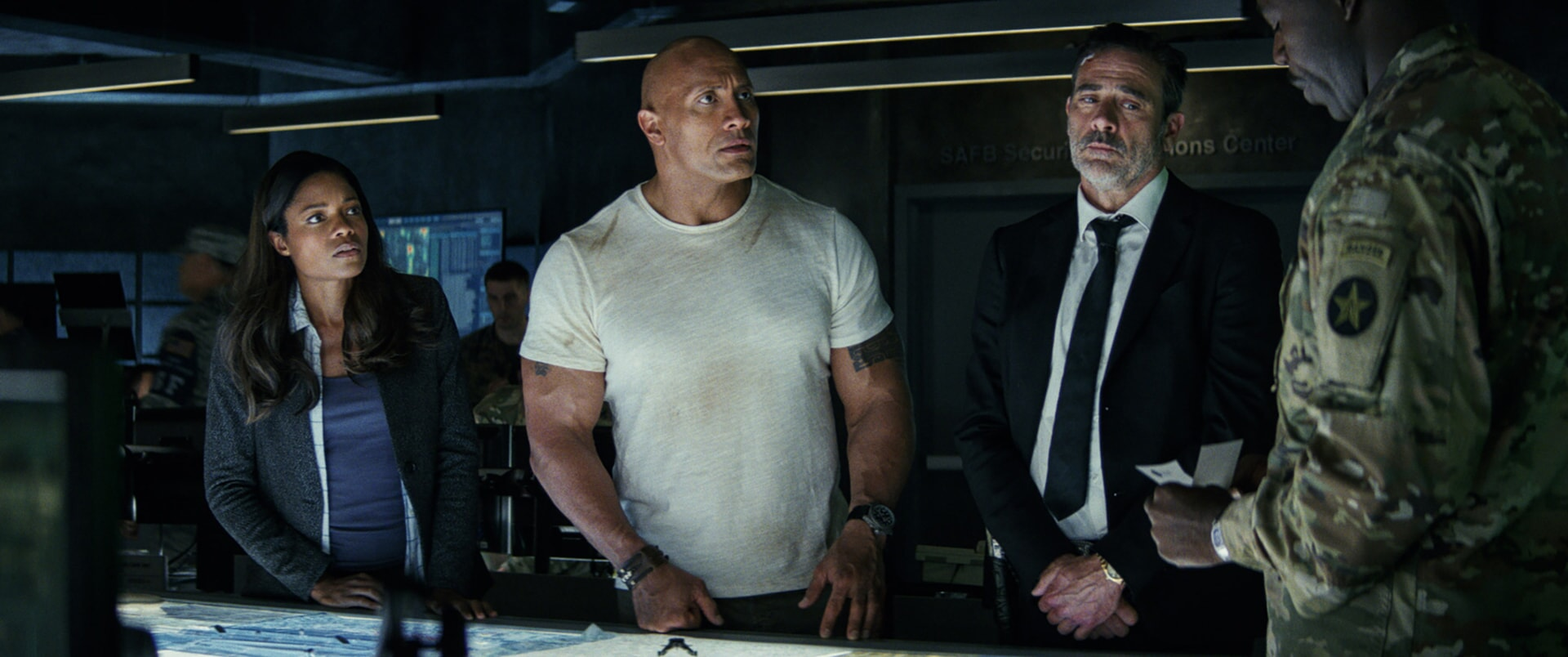 """(L-R) DWAYNE JOHNSON as Davis Okoye and JEFFREY DEAN MORGAN as Harvey Russell in New Line Cinema's and ASAP Entertainment's action adventure """"RAMPAGE,"""" a Warner Bros. Pictures release."""