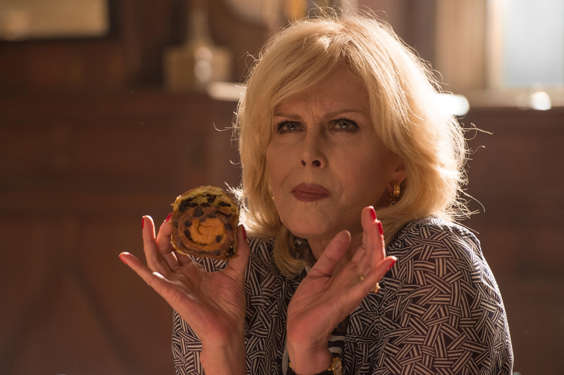 """JOANNA LUMLEY as Felicity Fanshawe in the family adventure """"PADDINGTON 2,"""" from Warner Bros. Pictures and STUDIOCANAL, in association with Anton Capital Entertainment S.C.A., a Warner Bros. Pictures release."""