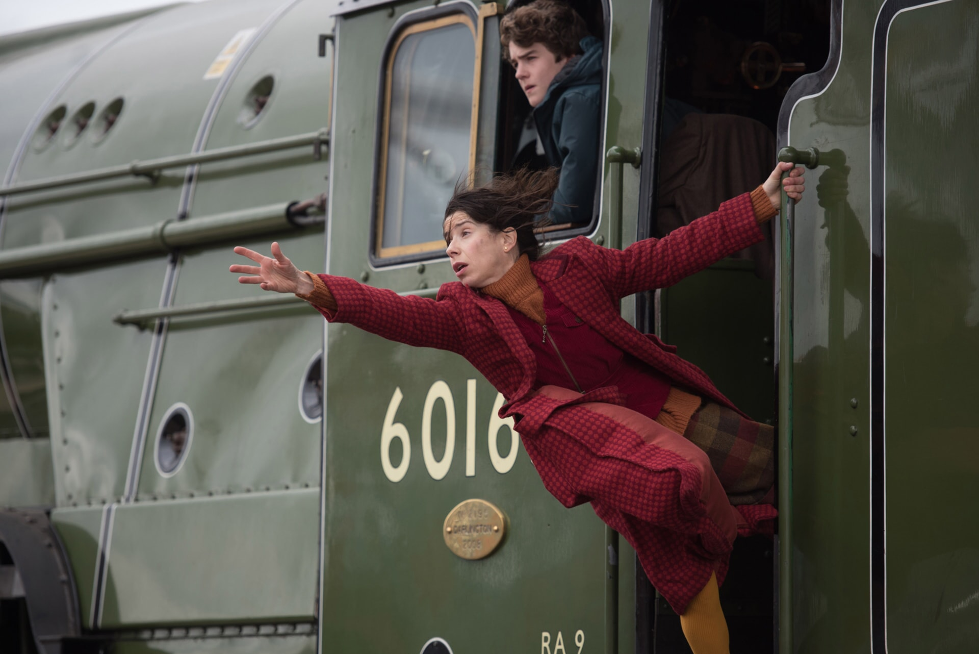 """(Top-bottom) SAMUEL JOSLIN as Jonathan Brown and SALLY HAWKINS as Mary Brown in the family adventure """"PADDINGTON 2,"""" from Warner Bros. Pictures and STUDIOCANAL, in association with Anton Capital Entertainment S.C.A., a Warner Bros. Pictures release."""