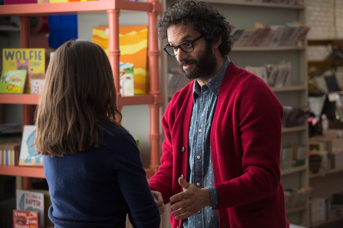 "ALISON BRIE as Lucy and JASON MANTZOUKAS as George in New Line Cinema's, Metro-Goldwyn-Mayer Pictures' and Flower Films' comedy ""HOW TO BE SINGLE,"" a Warner Bros. Pictures release."