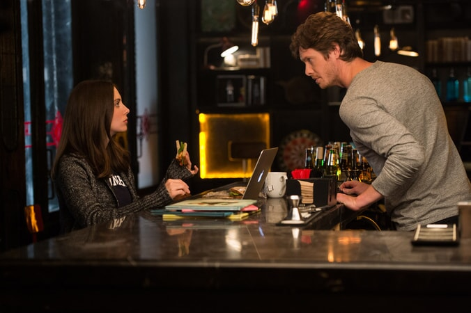 "ALISON BRIE as Lucy and ANDERS HOLM as Tom in New Line Cinema's, Metro-Goldwyn-Mayer Pictures' and Flower Films' comedy ""HOW TO BE SINGLE,"" a Warner Bros. Pictures release."