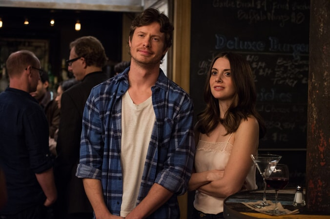 "ANDERS HOLM as Tom and ALISON BRIE as Lucy in New Line Cinema's, Metro-Goldwyn-Mayer Pictures' and Flower Films' comedy ""HOW TO BE SINGLE,"" a Warner Bros. Pictures release."