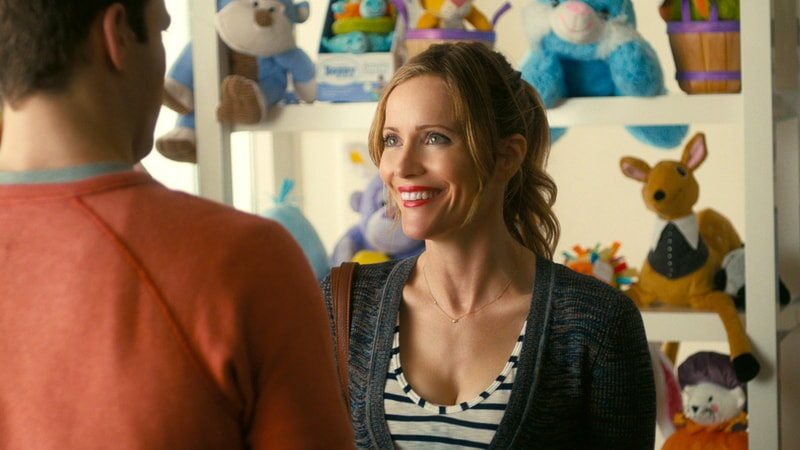 "JAKE LACY as Ken and LESLIE MANN as Meg in New Line Cinema's, Metro-Goldwyn-Mayer Pictures' and Flower Films' comedy ""HOW TO BE SINGLE,"" a Warner Bros. Pictures release."