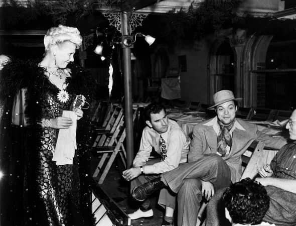 BTS shot of Joan Blair as Georgia, assistant director Eddie Donahoe, director Orson Welles, Everett Sloane as Bernstein, and film crew.