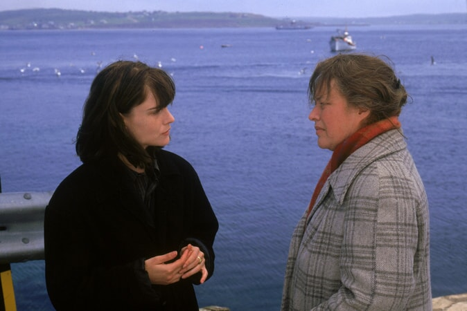 Jennifer Jason Leigh as Selena St. George facing Kathy Bates as Dolores Claiborne.