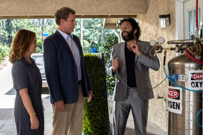"""AMY POEHLER as Kate Johansen, WILL FERRELL as Scott Johansen and JASON MANTZOUKAS as Frank in the New Line Cinema and Village Roadshow Pictures comedy """"THE HOUSE,"""" a Warner Bros. Pictures release."""