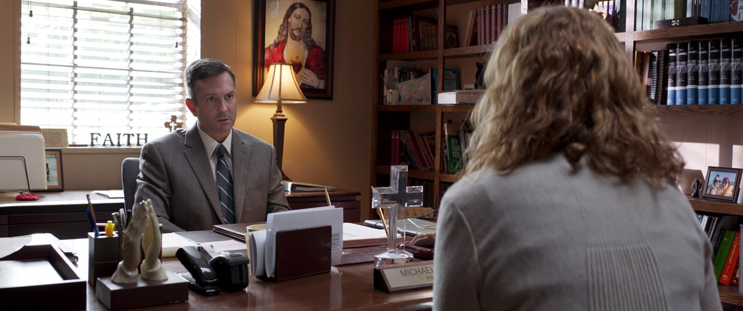 "THOMAS LENNON as Principal Michael Akers and JENNA FISCHER as Heidi in Warner Bros. Pictures' and Village Roadshow Pictures' ""THE 15:17 TO PARIS,"" a Warner Bros. Pictures release."