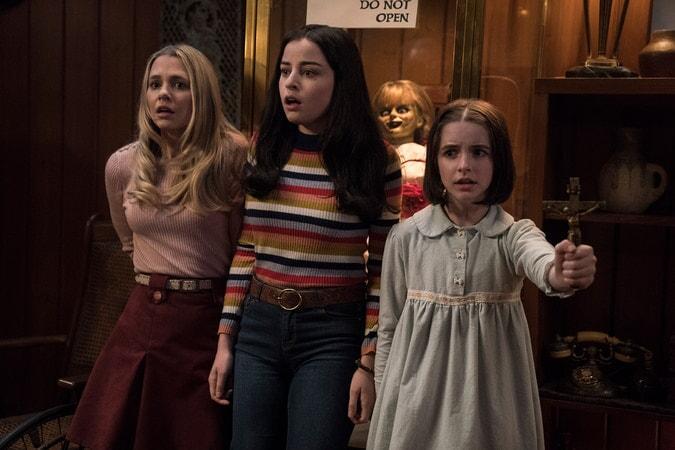 (L-R) MADISON ISEMAN as Mary Ellen, KATIE SARIFE as Daniela, the Annabelle doll and MCKENNA GRACE as Judy Warren