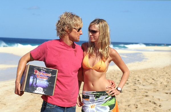 owen wilson and sara foster walking on the beach in the big bounce