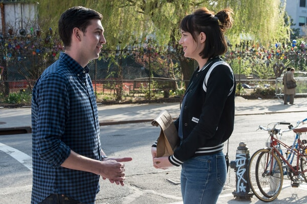"""NICHOLAS BRAUN as Josh and DAKOTA JOHNSON as Alice in New Line Cinema's, Metro-Goldwyn-Mayer Pictures' and Flower Films' comedy """"HOW TO BE SINGLE,"""" a Warner Bros. Pictures release."""