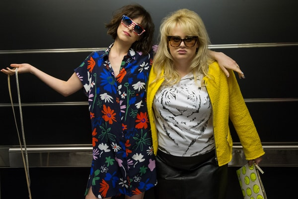 """DAKOTA JOHNSON as Alice and REBEL WILSON as Robin in New Line Cinema's, Metro-Goldwyn-Mayer Pictures' and Flower Films' comedy """"HOW TO BE SINGLE,"""" a Warner Bros. Pictures release."""