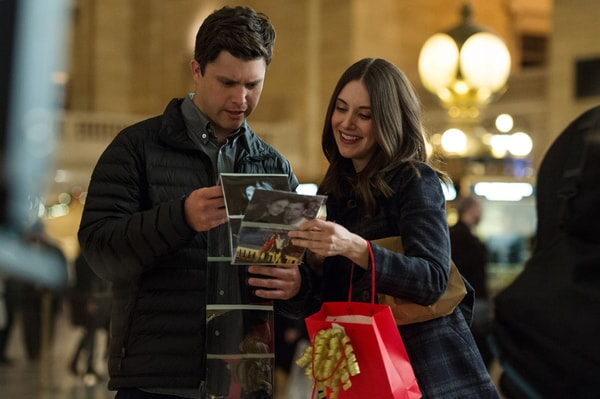 """COLIN JOST as Paul and ALISON BRIE as Lucy in New Line Cinema's, Metro-Goldwyn-Mayer Pictures' and Flower Films' comedy """"HOW TO BE SINGLE,"""" a Warner Bros. Pictures release."""