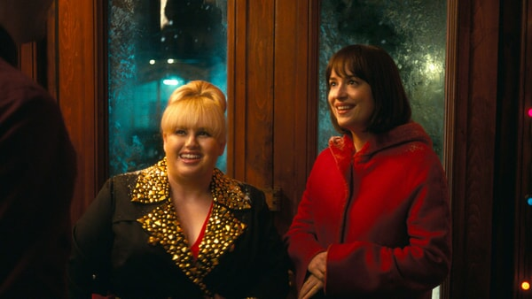 """REBEL WILSON as Robin and DAKOTA JOHNSON as Alice in New Line Cinema's, Metro-Goldwyn-Mayer Pictures' and Flower Films' comedy """"HOW TO BE SINGLE,"""" a Warner Bros. Pictures release."""