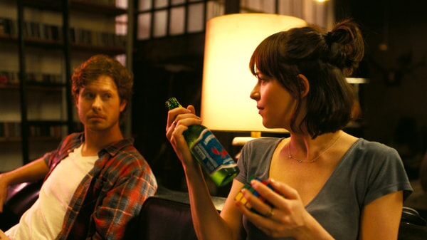 """ANDERS HOLM as Tom and DAKOTA JOHNSON as Alice in New Line Cinema's, Metro-Goldwyn-Mayer Pictures' and Flower Films' comedy """"HOW TO BE SINGLE,"""" a Warner Bros. Pictures release."""