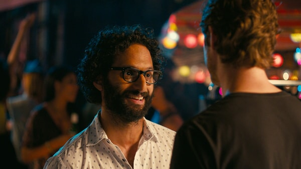 """JASON MANTZOUKAS as George in New Line Cinema's, Metro-Goldwyn-Mayer Pictures' and Flower Films' comedy """"HOW TO BE SINGLE,"""" a Warner Bros. Pictures release."""