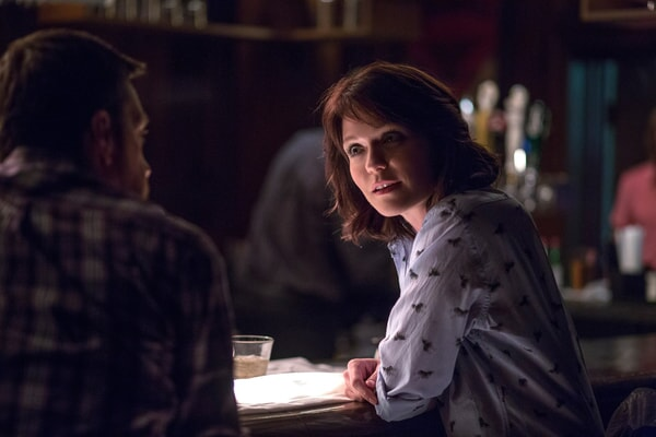 """ED HELMS as Peter Reynolds and KATIE ASELTON as Sarah O'Callaghan in Alcon Entertainment's comedy """"FATHER FIGURES,"""" a Warner Bros. Pictures release."""