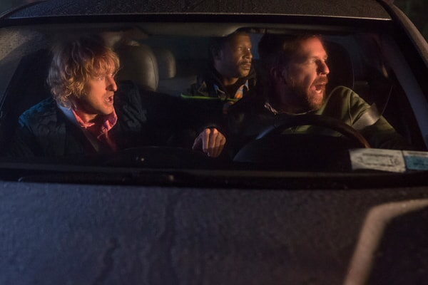 """OWEN WILSON as Kyle Reynolds, KATT WILLIAMS as Hitchhiker and ED HELMS as Peter Reynolds in Alcon Entertainment's comedy """"FATHER FIGURES,"""" a Warner Bros. Pictures release."""