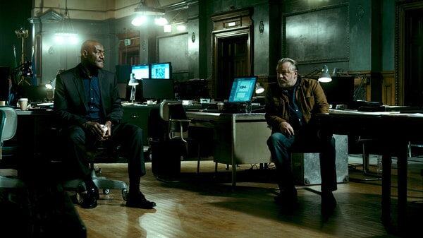"""DELROY LINDO as Instructor Hall and RAY WINSTONE as Pappas in Alcon Entertainment's action thriller """"POINT BREAK,"""" a Warner Bros. Pictures release."""